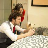 Raimundo y Natalia junto a un perro en el tercer capítulo de 'Anclados'