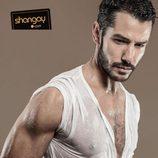 Alejandro Albarracín infarta con sus músculos en la revista Shangay