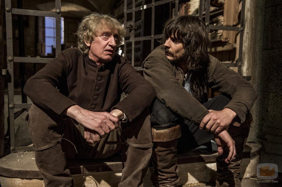 Gonzalo y Santiago charlan amistosamente en el séptimo capítulo de 'Águila Roja'