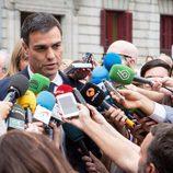 Pedro Sánchez acude al funeral de Pedro Zerolo