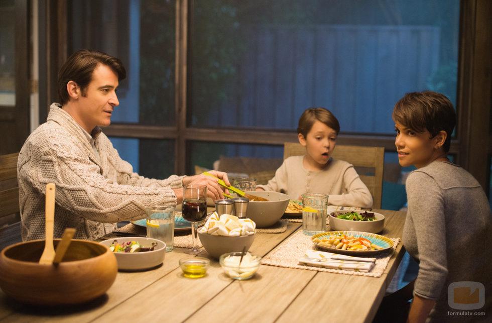La familia Woods intentarán mantener su vida familiar en 'Extant'
