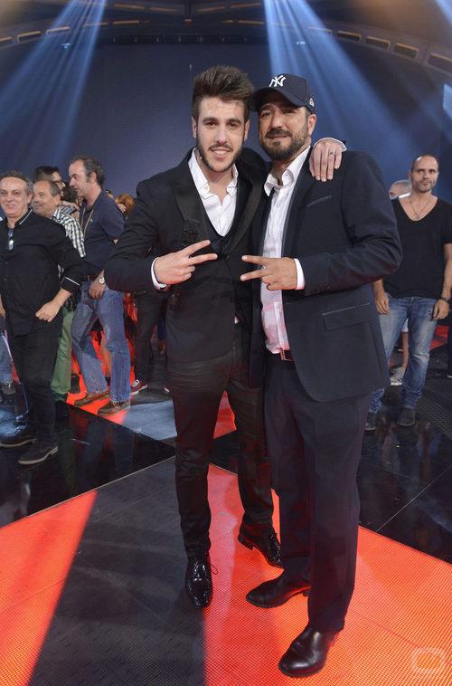 Antonio José junto a su coach Antonio Orozco en la final de 'La voz 3'