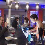 Beth hace de camarera en 'Lalola'