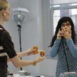 America Ferrara habla por teléfono en 'Ugly Betty'