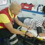 Iñaki, en ambulancia, tras su accidente en el capítulo trece de 'Allí abajo'