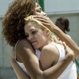 Rizos abraza y consuela a Macarena en el décimo capítulo de 'Vis a vis'