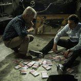Leopoldo y Román cuentan el dinero robado en el décimo capítulo de 'Vis a vis'