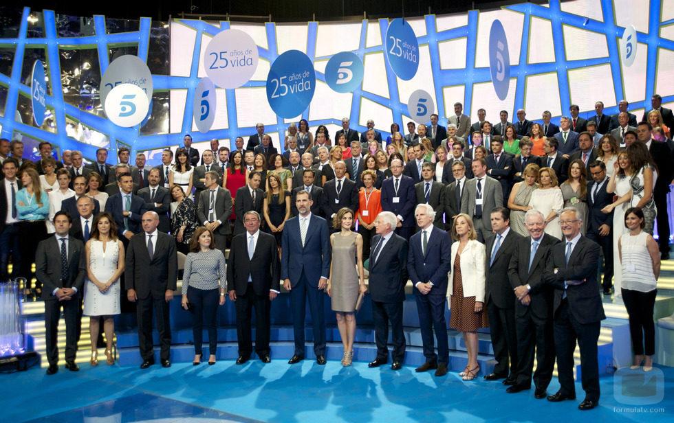 Los reyes, FeIipe y Letizia, se fotografían junto a los rostros de Mediaset España