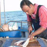 Ángel León cocinando en mitad del mar en el primer episodio de 'El Chef del Mar'