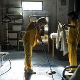 Macarena y Zulema limpian una sala de la cárcel en el séptimo capítulo de 'Vis a vis'