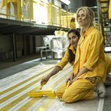 Saray y Macarena pintan el suelo en el octavo capítulo de 'Vis a vis'