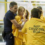 Macarena es separada por Fabio durante una pelea en el octavo capítulo de 'Vis a vis'