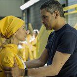 Fabio intenta calmar a Macarena  en el octavo capítulo de 'Vis a vis'