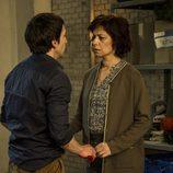 Román habla con su madre en el octavo capítulo de 'Vis a vis'