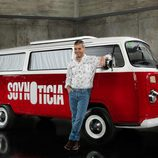 Nacho Medina junto a la furgoneta de su nuevo programa en Cuatro 'Soy noticia'