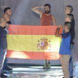 El tercer finalista de 'Supervivientes 2015', Rubén López, ante la bandera de España