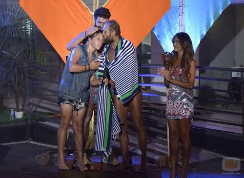 Los finalistas se abrazan en la final de 'Supervivientes 2015'