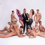Shaila, posa sensual, rodeada de ocho hombres desnudos