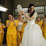 La cárcel Cruz del Sur celebra la boda de Saray en el sexto capítulo de 'Vis a vis'