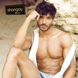 Diego Martínez posa sentado en la arena para la revista Shangay
