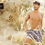 Diego Martínez disfrutando de la playa para la revista Shangay