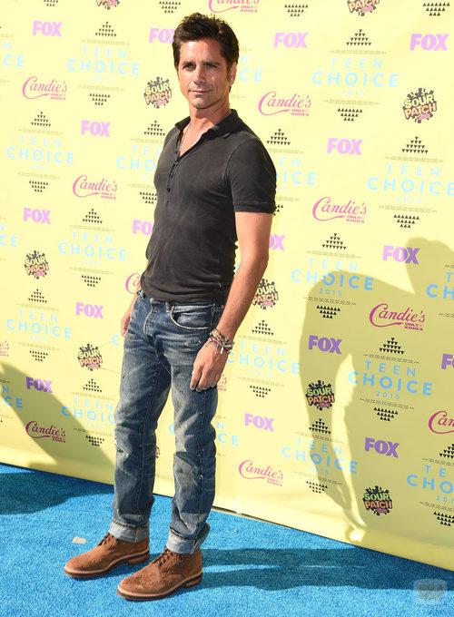 John Stamos posa en el photocall de los Teen Choice Awards 2015