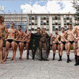 Corina posa junto a 10 hombres desnudos en transparencias