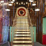"Escaleras de entrada de la casa ""USA vs. UK"" de 'Celebrity Big Brother'"