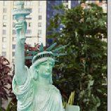 La Estatua de la Libertad reina en el centro del jardín de la casa de 'Celebrity Big Brother'