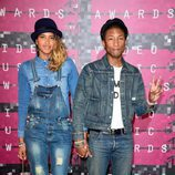 Pharell Williams y Helen Lasichanh en los MTV VMA 2015