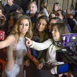 Blanca Suárez se hace selfies con los fans en la alfombra roja del FesTVal