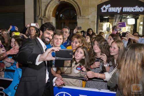 Rubén Cortada se fotografía junto a sus fans en la alfombra naranja del FesTVal