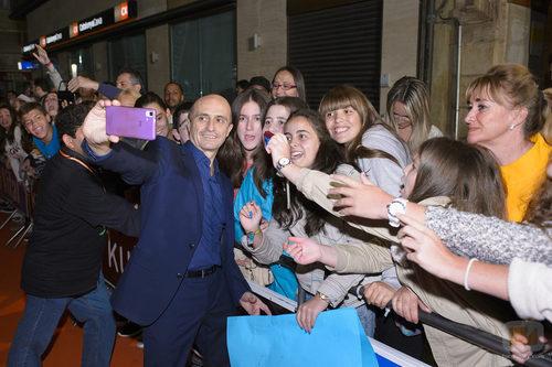 Pepe Viyuela se presta a hacerse selfies con sus fans en el FesTVal