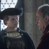 Carlos V escucha a su preceptor, Adriano de Utrecht en 'Carlos, Rey Emperador'