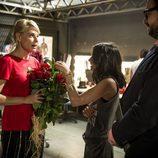 Candela recibe flores de un admirador en el comienzo de la nueva temporada de 'B&b, de boca en boca'