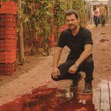 Héctor investiga la escena del crimen en 'Mar de plástico'