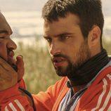 Lucas amenaza a Kaled y lo coge violentamente en 'Mar de plástico'
