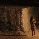 Ainhoa atraviesa los cultivos en la oscuridad muy asustada en 'Mar de plástico'