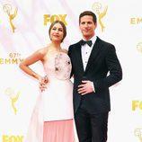 Andy Samberg y su mujer en los Emmy 2015
