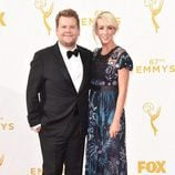 James Corden y Julia Carey en los Emmy 2015