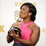 Uzo Aduba besa su recompensa de los Emmy 2015