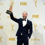 Tony Hale, con gran alegría y entusiasmo, luce su premio Emmy 2015