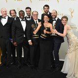 Julia Louis-Dreyfus posa junto a todos sus compañeros de serie en los Emmy 2015