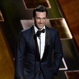 John Hamm recibe de lo más seductor su Emmy 2015