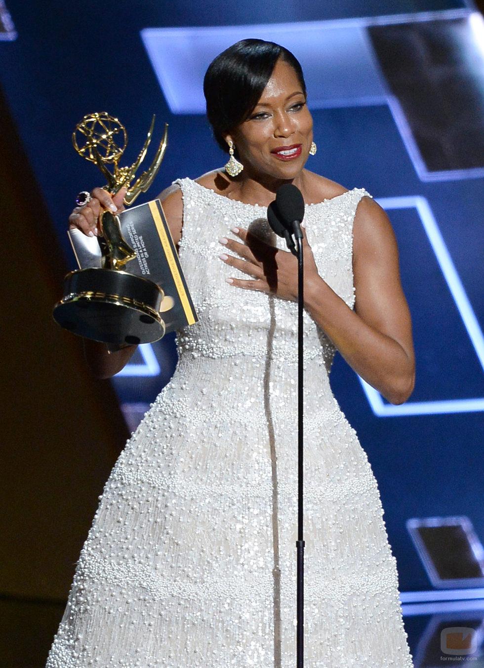 Regina King recoge su premio brillando en los Emmy 2015
