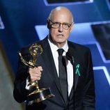 Jeffrey Tambor, visiblemente emocionado, recogiendo su Emmy 2015
