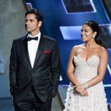 John Stamos y Gina Rodríguez entregaron uno de los premios en los Emmy 2015