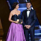 Maggie Gyllenhaal y Liev Schreiber entregan un premio en los Emmy 2015