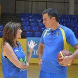 Ana Rosa Quintana juega al baloncesto con Pedro Sánchez (PSOE)