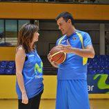 Ana Rosa Quintana y Pedro Sánchez (PSOE) se atreven con el baloncesto